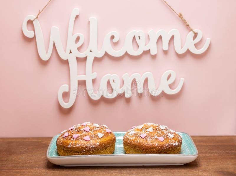 在受欢迎的家庭词下的两个欢乐蛋糕 免版税库存照片