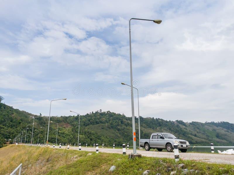 在变紧密的具体水坝的汽车停车处在泰国 免版税库存图片