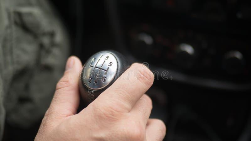 在变速杆,手动传动的男性手 免版税图库摄影