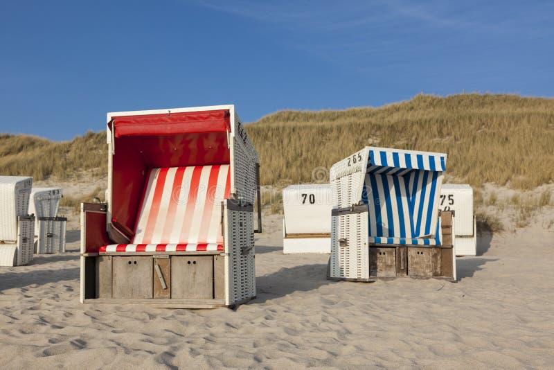 在叙尔特岛的海滩睡椅 图库摄影