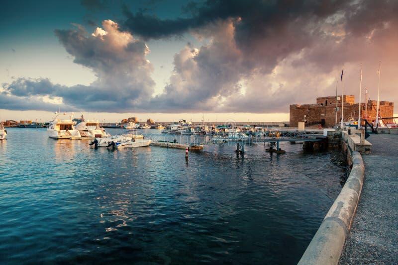 在口岸与小船,帕福斯,图o的美好的五颜六色的日落 免版税库存图片