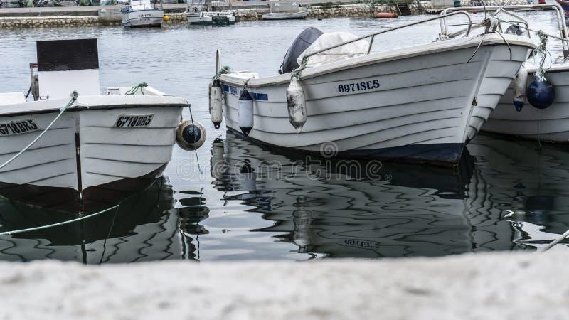 在口岸停泊的小渔船 图库摄影
