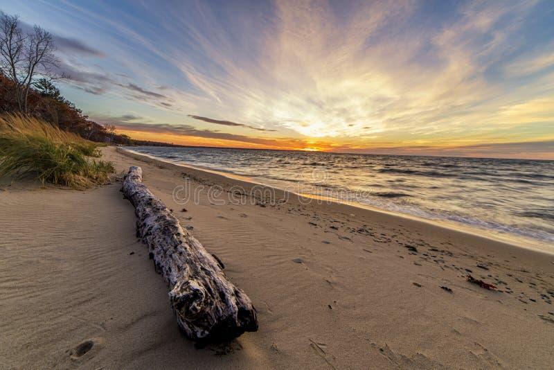 在口岸奥斯汀海滩的美好的日落在密执安 免版税库存照片