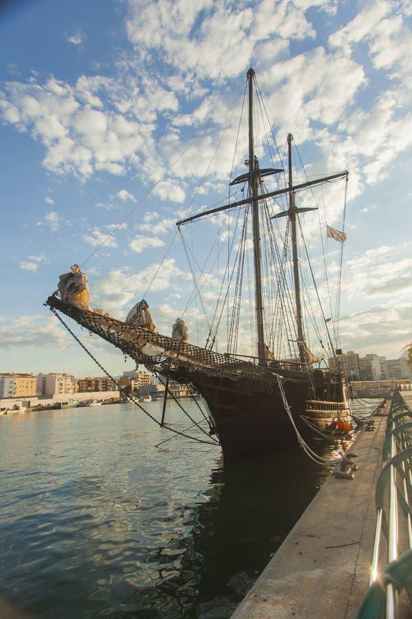 在口岸散步的海盗船在甘迪亚 西班牙巴伦西亚 库存照片