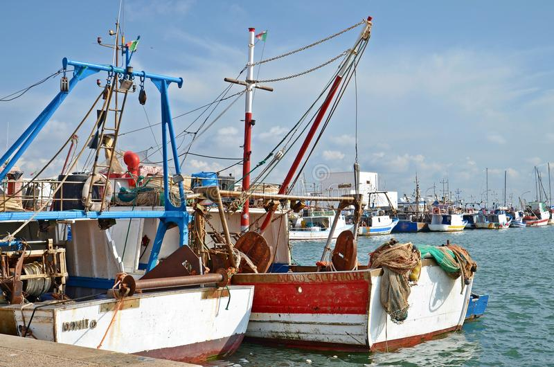 在口岸的五颜六色的小船 免版税库存照片