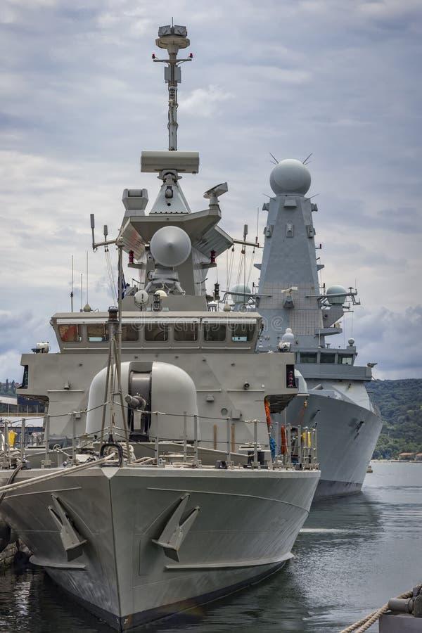 在口岸的军事军舰 库存图片
