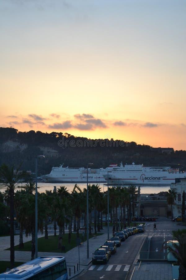 在口岸的地中海巡航在La Playa de la巴塞洛内塔-巴塞罗那西班牙 库存照片
