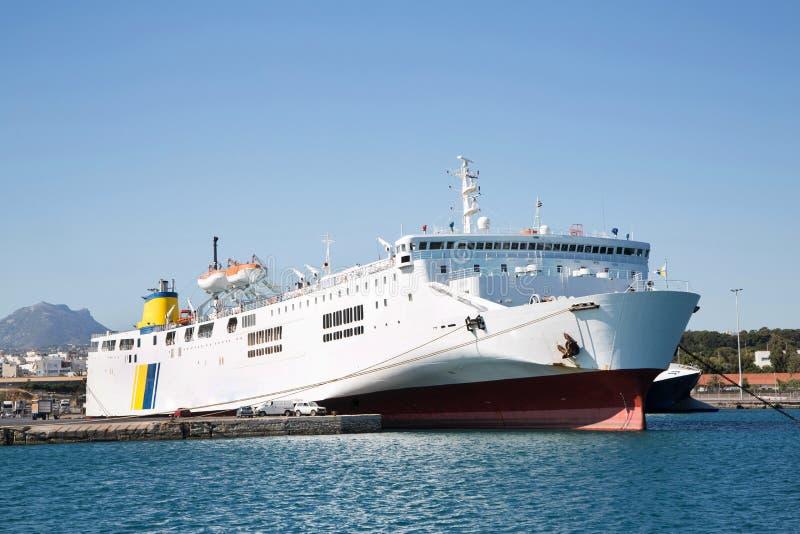 在口岸的大和大渡轮或货船 免版税库存图片