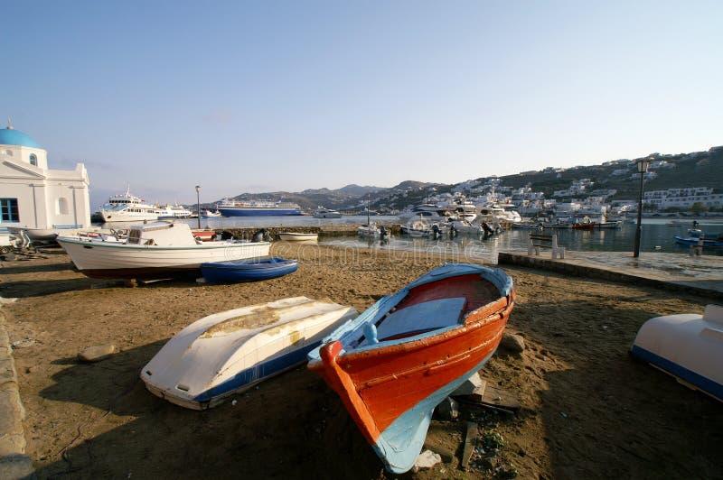 在口岸的小船与小山的城市 免版税图库摄影
