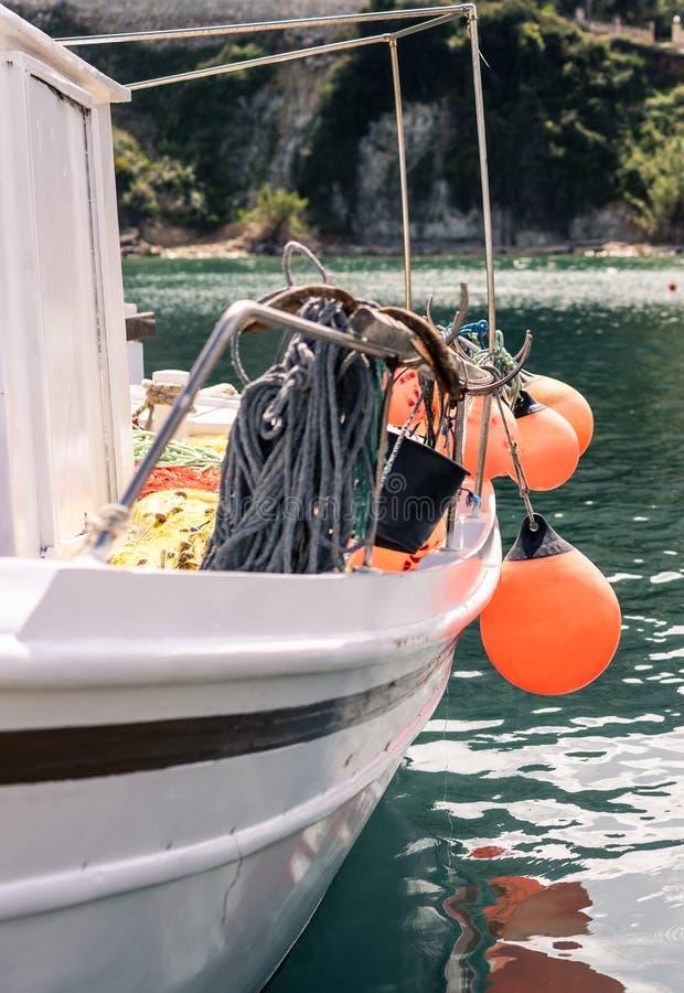 在口岸的小船在Keri海滩附近 免版税库存照片