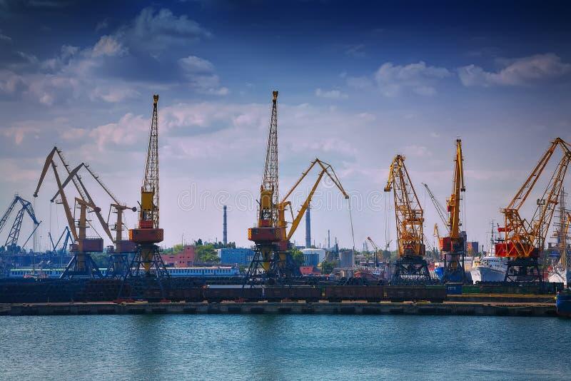 在口岸的港口平实俯仰运动起重机 免版税库存照片