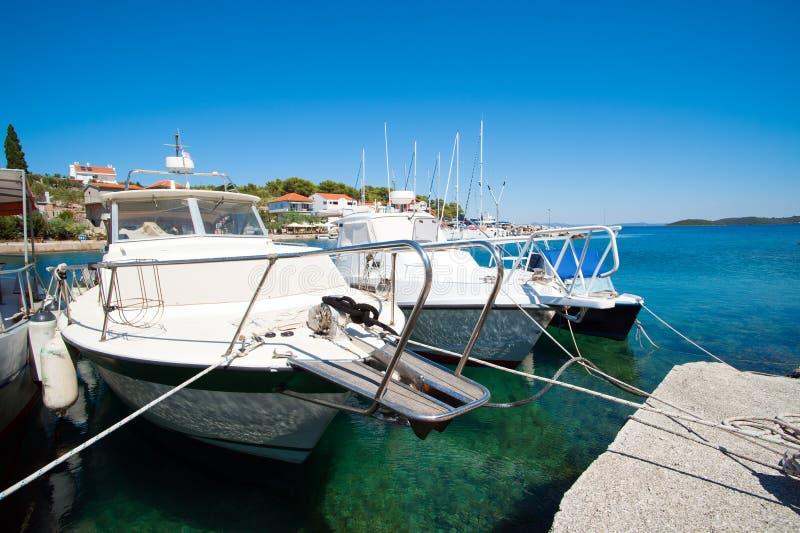 在口岸的白色小船 免版税库存照片