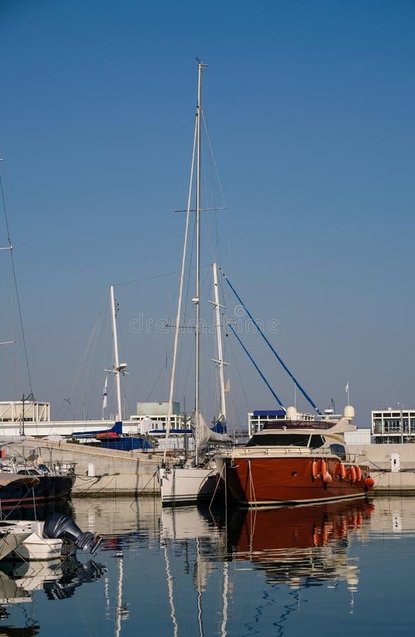 在口岸的船 钓鱼地中海净海运金枪鱼的偏差 免版税库存照片