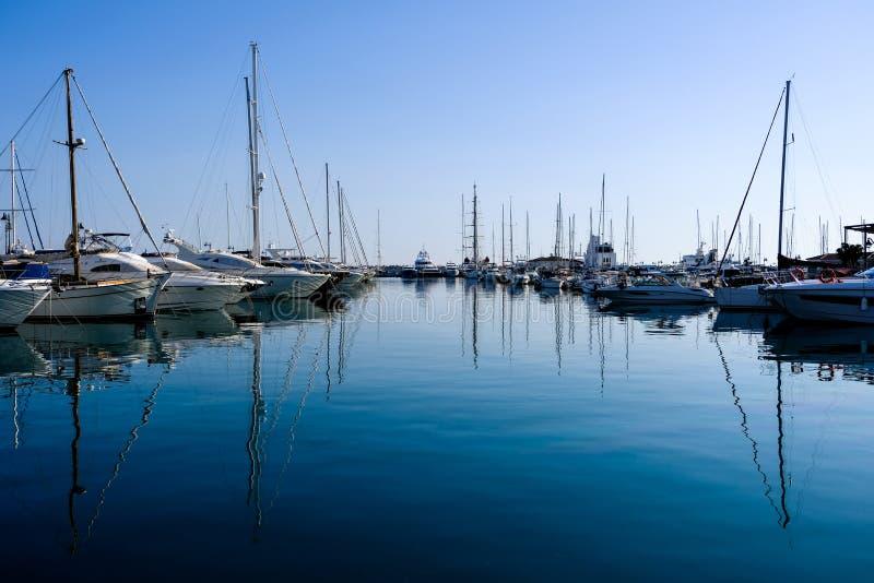 在口岸的船 钓鱼地中海净海运金枪鱼的偏差 库存照片