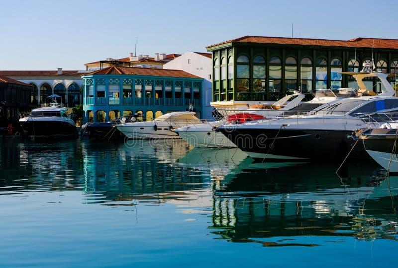 在口岸的船 钓鱼地中海净海运金枪鱼的偏差 库存图片