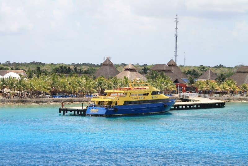 在口岸的蓝色和黄色轮渡在墨西哥 免版税库存照片