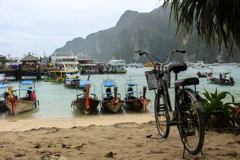 在口岸,酸值发埃唐的Longtrail小船在安达曼海,普吉岛, Krabi,在泰国南部 免版税库存照片