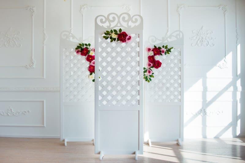 在古典内部的白色精美装饰木盘区 闺房婚礼室 有花的减速火箭的折叠的屏幕 图库摄影