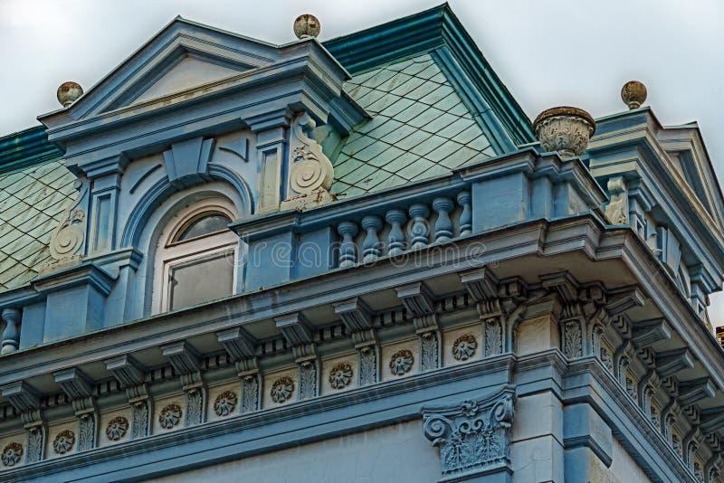 在古典大厦的门面与装饰品和雕塑5 免版税图库摄影