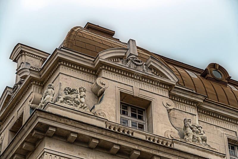 在古典大厦的门面与装饰品和雕塑7 库存照片