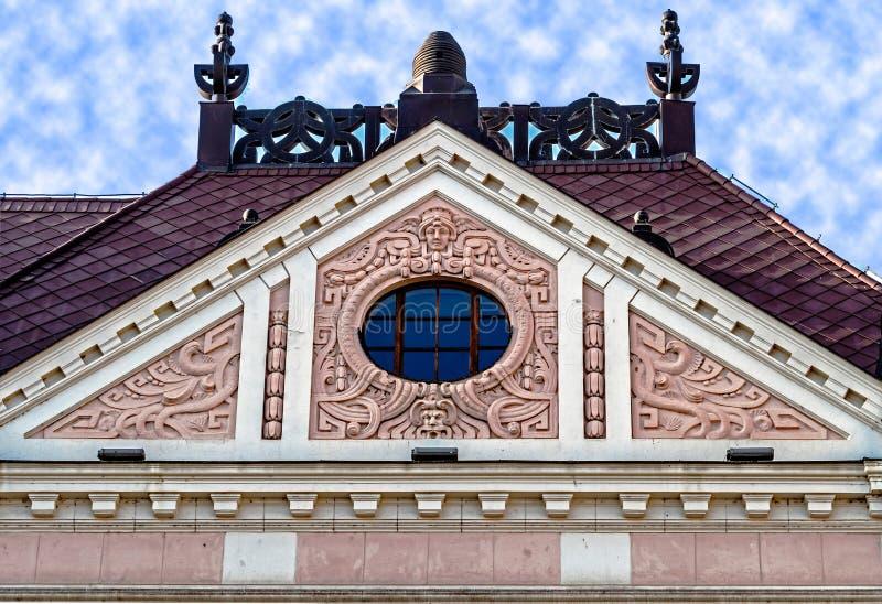 在古典大厦的门面与装饰品和雕塑9 免版税图库摄影