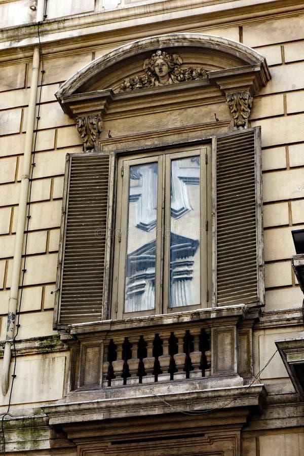 在古典罗马大厦,意大利的华丽窗口细节 库存图片