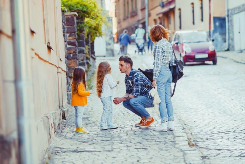 在古城街道上的旅行的家庭  库存照片