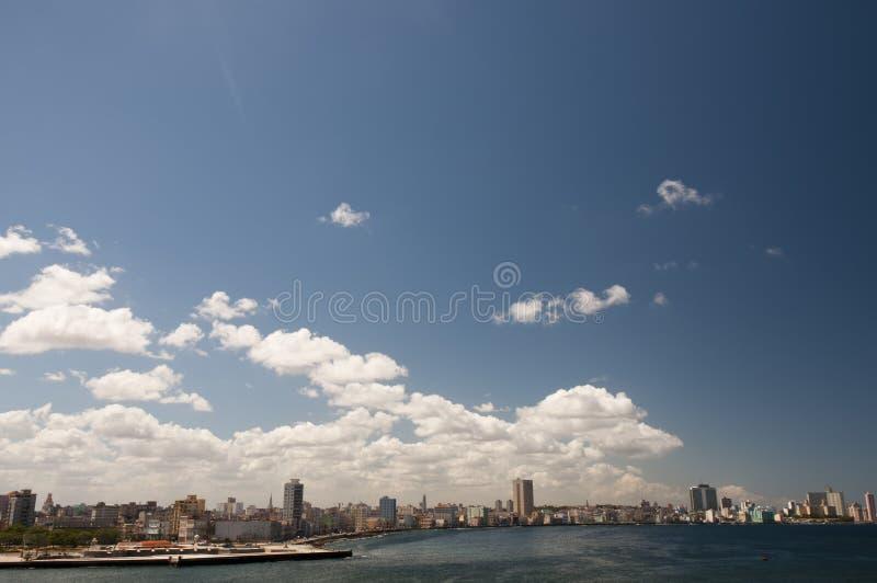 在古巴人Malecon,哈瓦那,古巴之上的蓝天 图库摄影