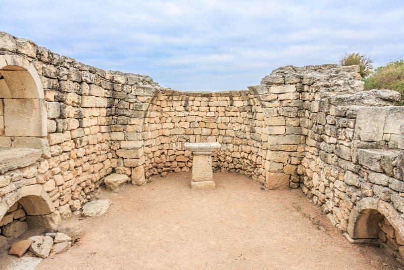 在古希腊市废墟的法坛克里米亚半岛的Chersonesus Taurica在多云天空下,塞瓦斯托波尔 免版税库存图片