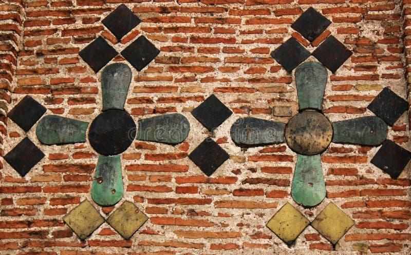 在古庙的色彩强烈十字架 免版税库存照片