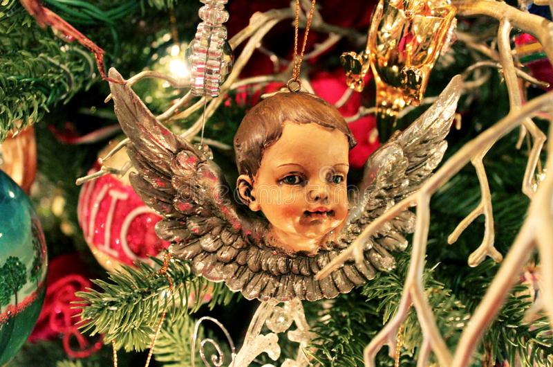 在古板的圣诞节tre的古色古香的天使 免版税库存图片