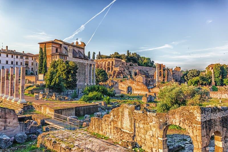 在古罗马广场、提比略宫殿和安敦宁和傅天娜寺庙的看法从大教堂Aemilia废墟 免版税库存图片