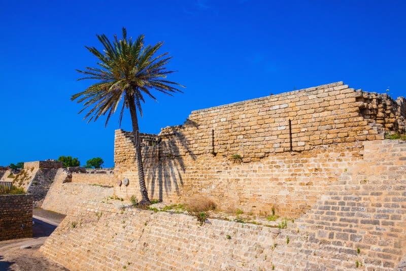 在古老凯瑟里雅附近的深防护护城河 库存照片