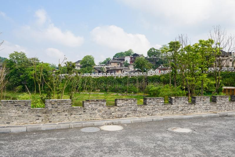 在古老堡垒前的有城垛和涂焦油路高度的i 库存图片
