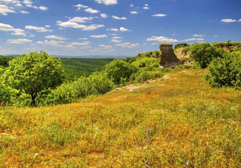 在古老堡垒山脉和废墟的美好的风景  库存照片