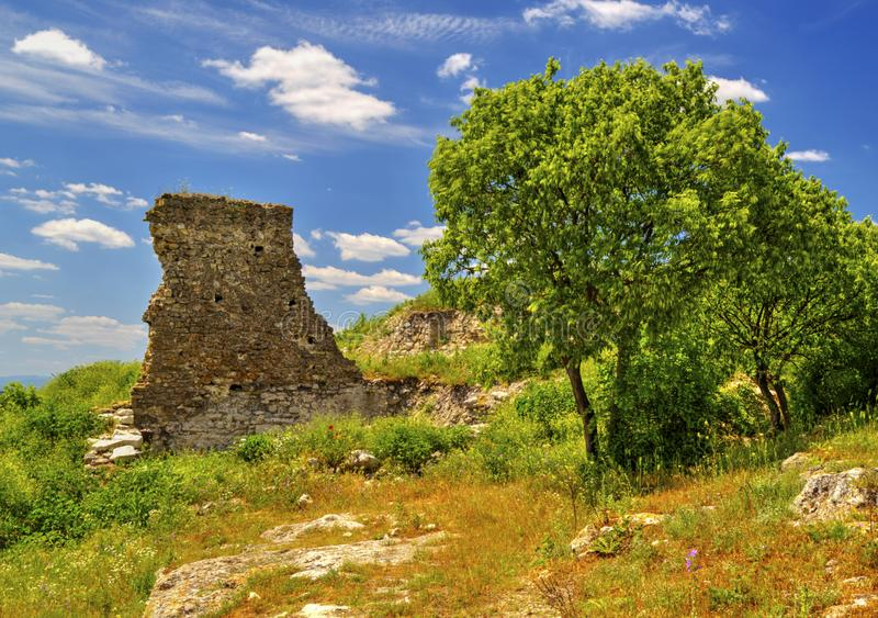 在古老堡垒山脉和废墟的美好的风景  免版税库存图片