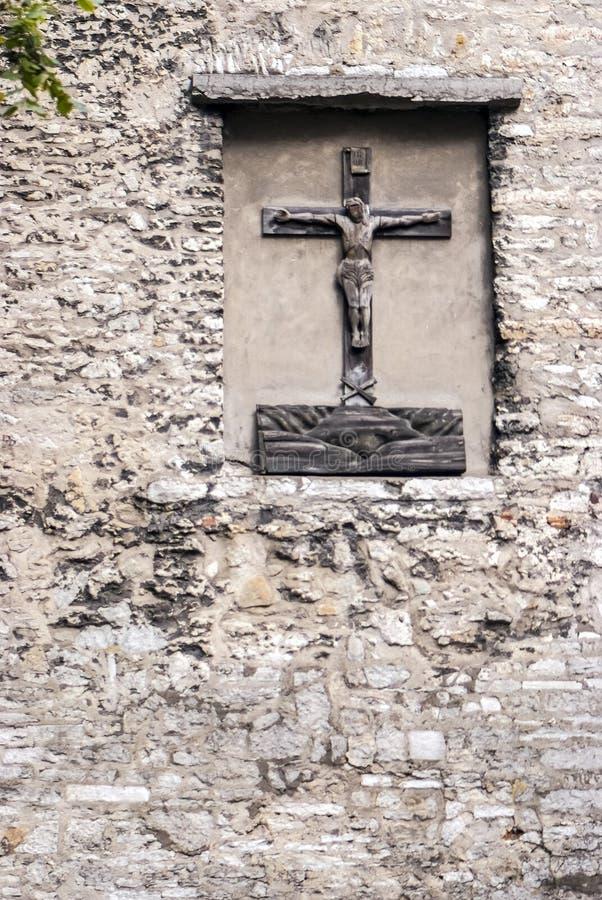 在古老墙壁上的基督雕象 免版税库存图片