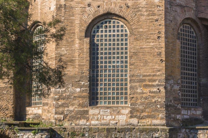 在古老大厦的大老窗口 哥特式样式墙壁和窗口 免版税库存照片