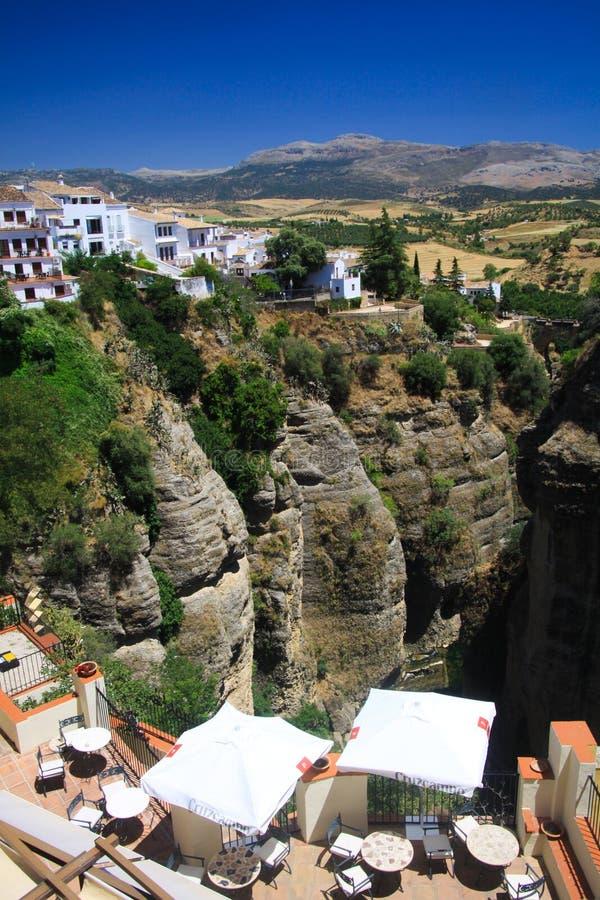 在古老村庄朗达的看法飘摇地接近峭壁的边缘位于安大路西亚,西班牙 免版税库存照片
