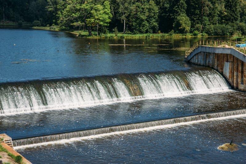 在古老水力发电站,水流量的老水坝 免版税图库摄影