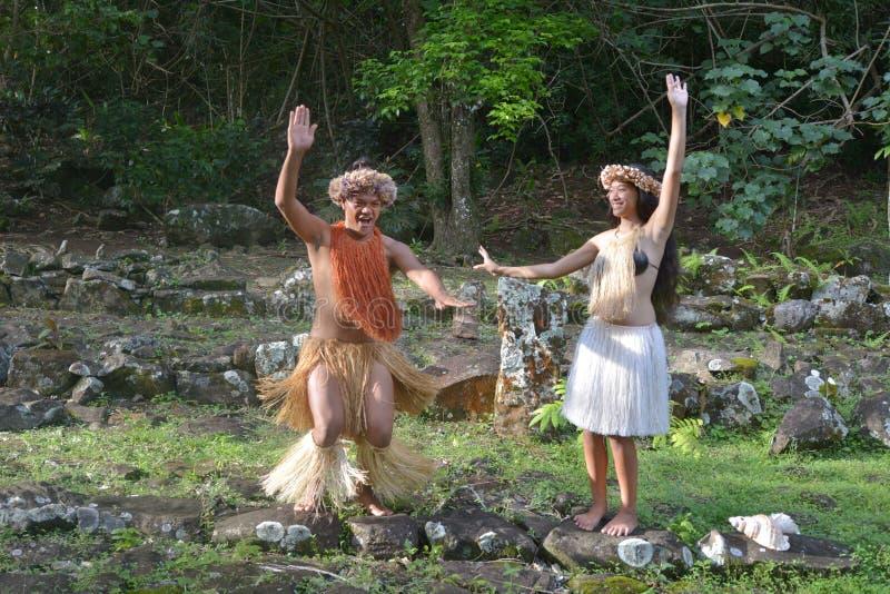 在古老的愉快的年轻玻利尼西亚厨师岛民夫妇跳舞 免版税库存图片