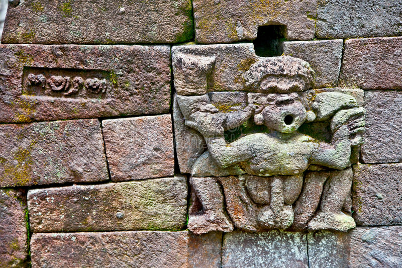 在古老色情Candi Sukuh印度寺庙的石雕塑在J 免版税库存照片