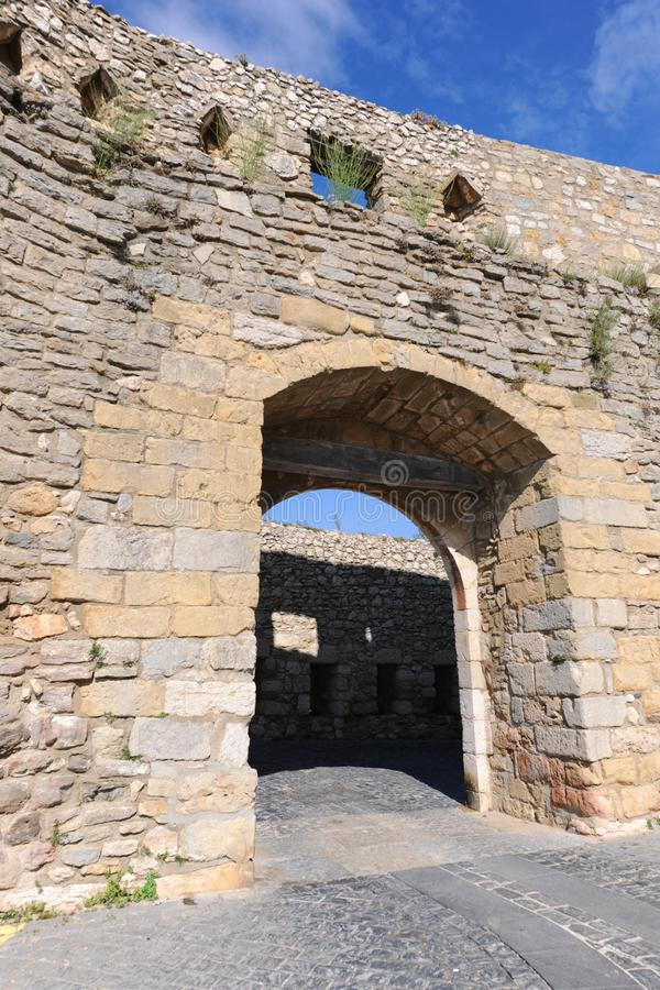 在古老被加强的城市墙壁的入口曲拱,莫雷利亚 免版税库存图片