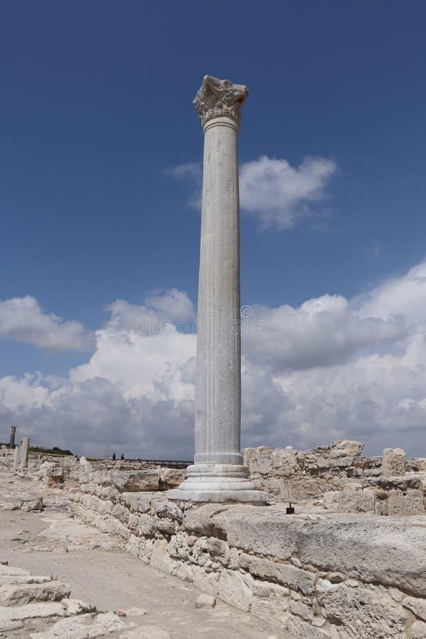 在古老Kourion的历史罗马柱子,在塞浦路斯附近的埃皮斯科皮的著名目的地 早期的基督徒房子废墟  库存图片