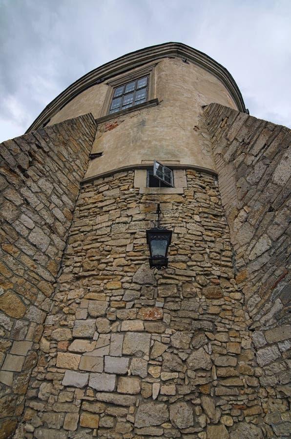 在古老Olesko的深堑侧壁看法有窗口的和发射孔防御 利沃夫州地区在乌克兰 多云夏日 免版税库存图片