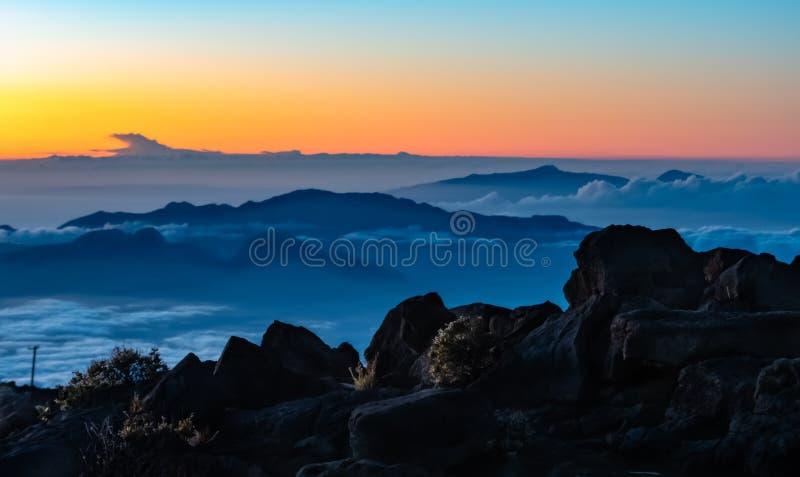 在古老Volcana山上面哈莱亚卡拉夏威夷的日落 库存图片