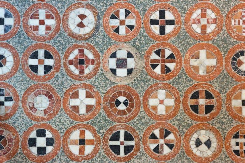 在古色古香的地板上的几何网眼图案 库存照片