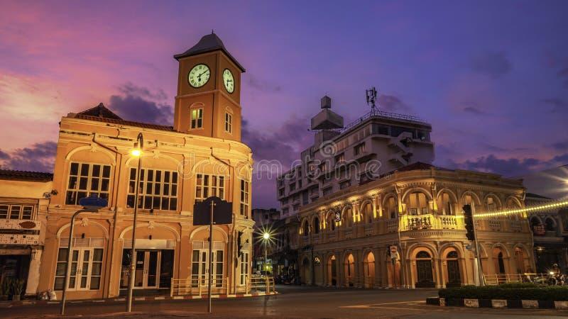 在古色古香的大厦后的美好的日落在普吉岛 库存图片