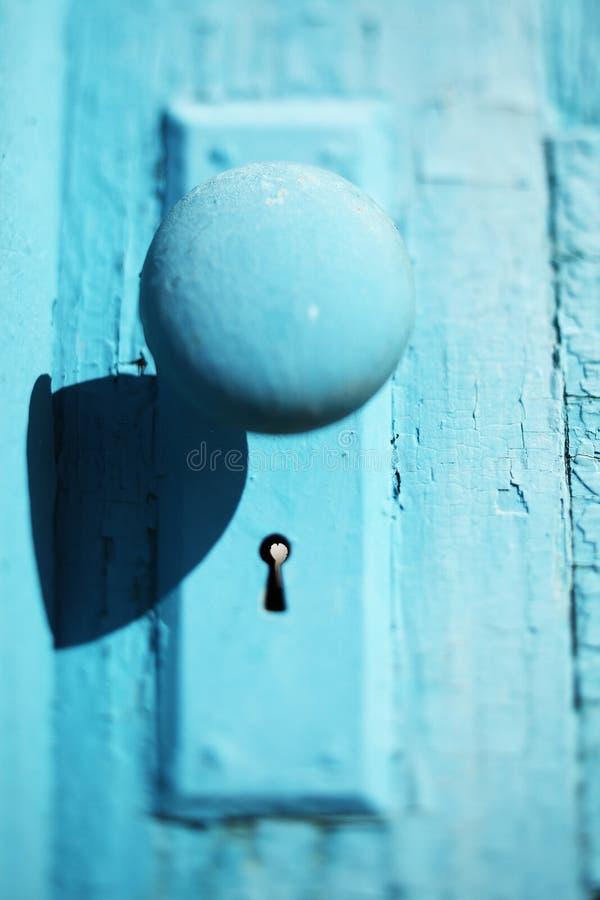 在古色古香的门的土气葡萄酒门把 图库摄影