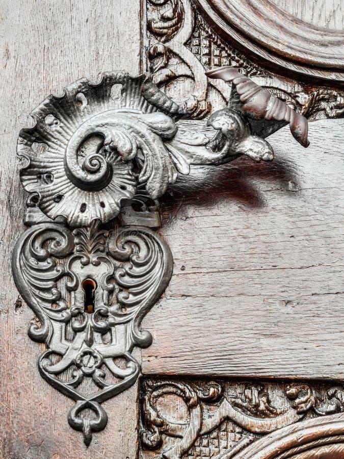 在古色古香的门的美丽如画的葡萄酒门把 免版税图库摄影